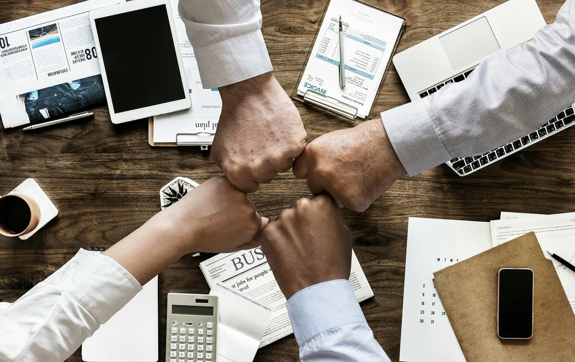 Teamfähigkeit in der Bewerbung belegen: Formulierung, Muster & Tipps